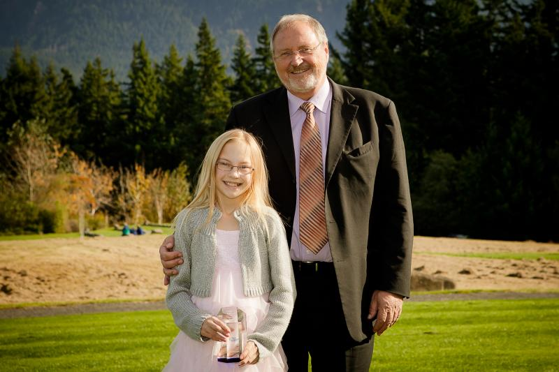 Hayleigh_Scott_Student_with_Oticon_President_Peer_Lauritsen.32785323_std.jpg